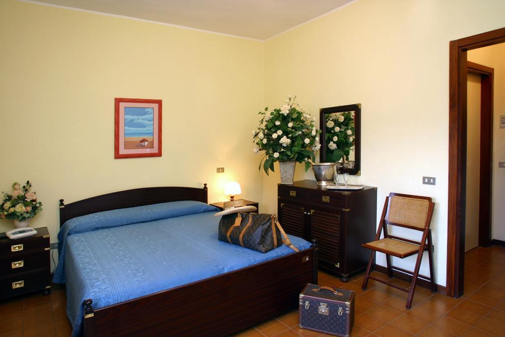 interno camera hotel con matrimoniale mira