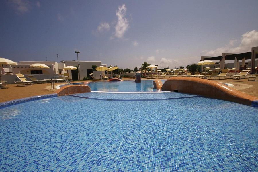 esterno piscina club villaggio ostuni
