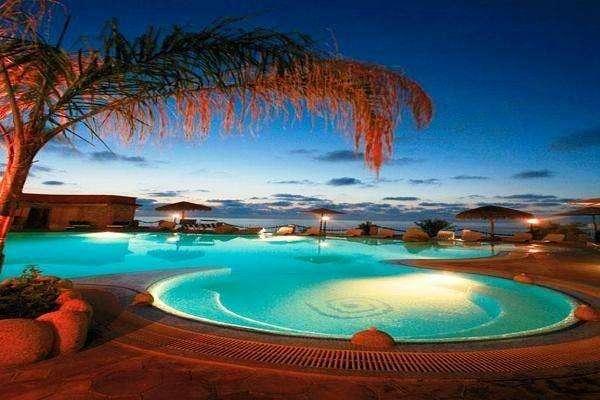 panoramica piscina sera baia tropea villaggio all inclusive