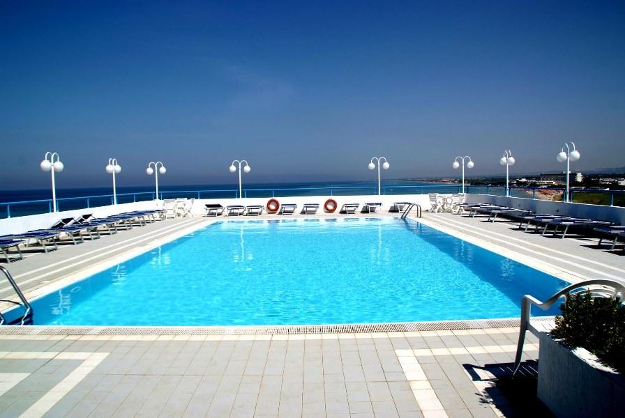 piscina hotel direttamente sul mare torre canne