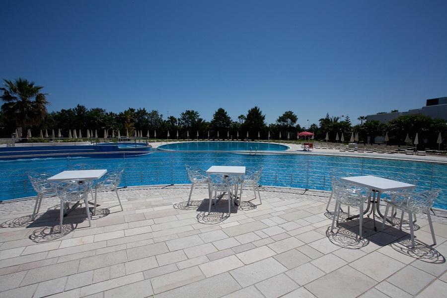 solarium piscina esterna mare puglia ostuni