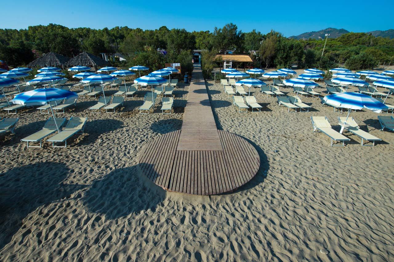 spiaggia vascellero con ombrelloni
