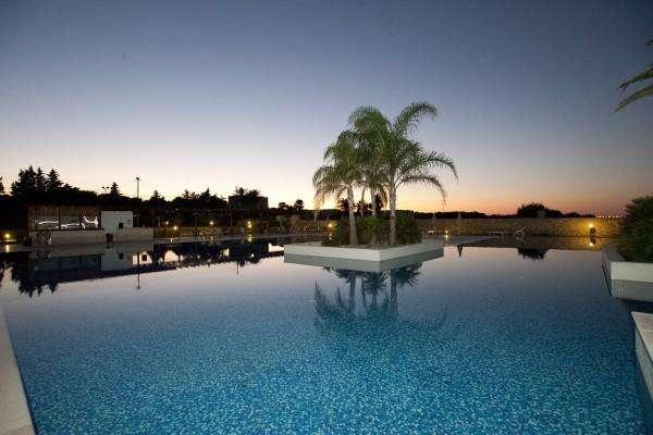 tramonto piscina villaggio torre orso salento